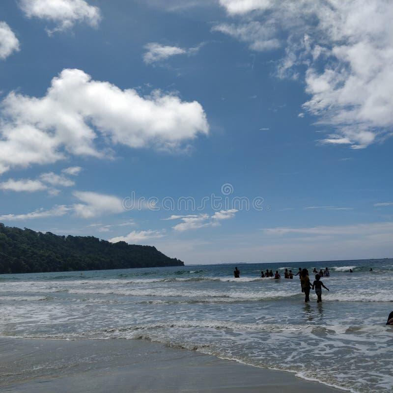 Bonheur blanc bleu de nuages de vagues photographie stock libre de droits