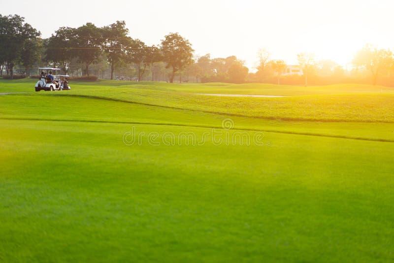 Bonheur des golfeurs sur la piste avec la course images libres de droits