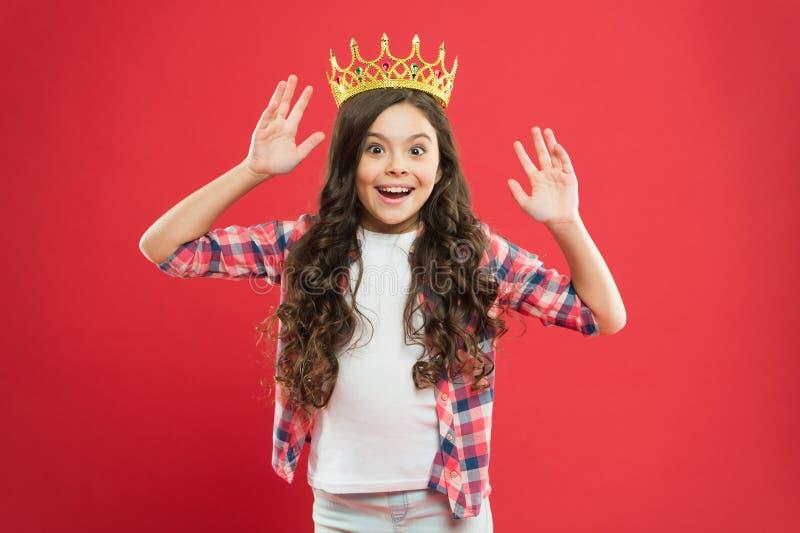 Bonheur et joie Je suis juste le meilleur enfant porter le symbole d'or de couronne de la princesse Couronne mignonne d'usage de  photos libres de droits