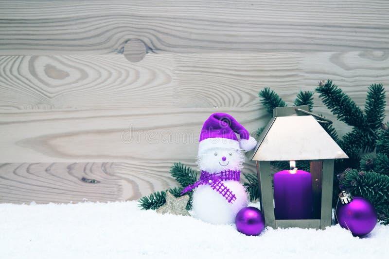 Bonhomme de neige avec des décorations de Noël et latern d'or image libre de droits