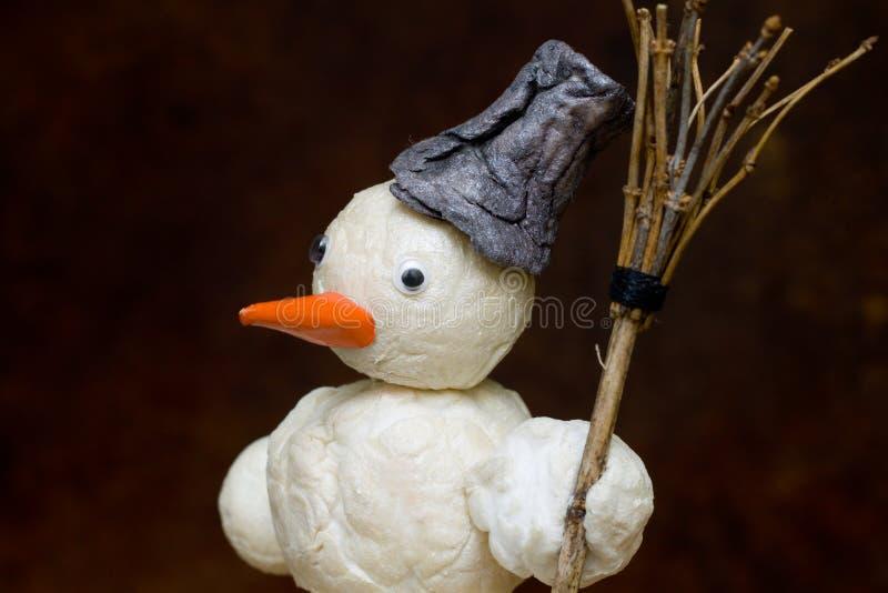 Bonhomme de neige avec le balai à disposition image libre de droits