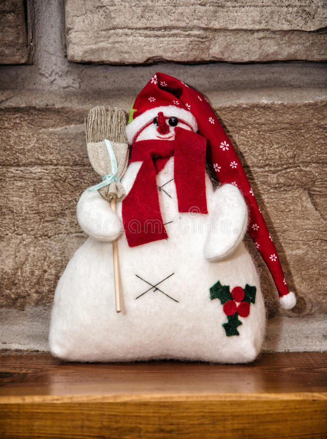 Bonhomme de neige blanc avec le chapeau et le balai rouges, décoration de Noël photos stock