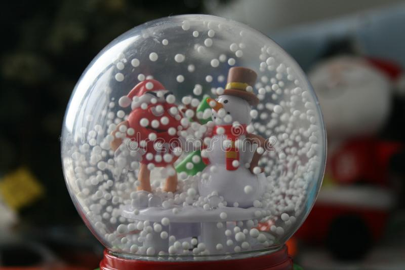 Bonhomme de neige dans une boule en verre - décoration photographie stock