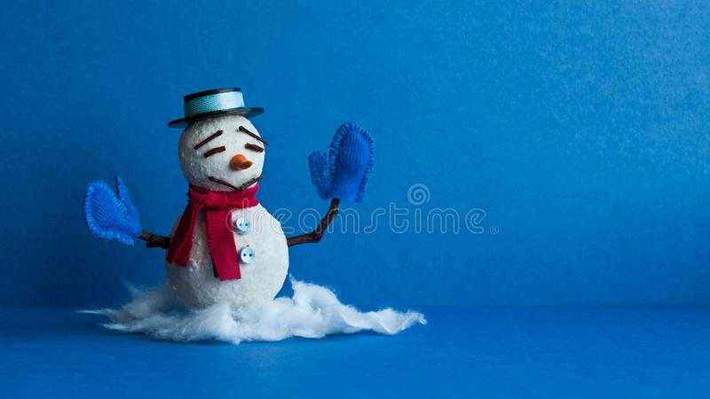 Bonhomme de neige drôle sur le fond bleu Caractère traditionnel de bonhomme de neige d'hiver avec le chapeau noir de mitaines d'é image libre de droits