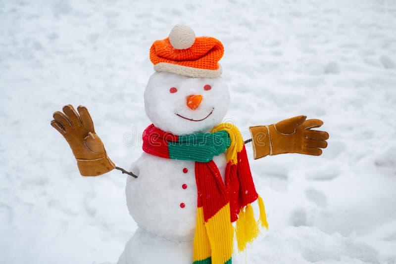 Bonhomme de neige dr?le heureux dans la neige Fond de No?l avec le bonhomme de neige Fond d'hiver avec les flocons de neige et le image stock