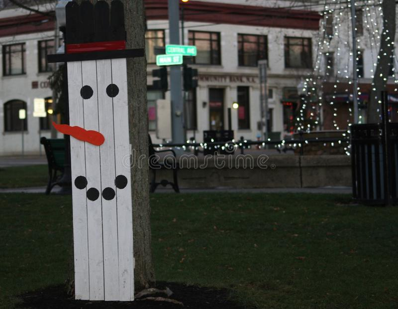 Bonhomme de neige en bois et Noël blanc images libres de droits