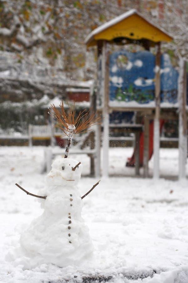 Download Bonhomme De Neige En Parc Glissière Et Maison En Bois Photo stock - Image du saison, trieste: 56484282