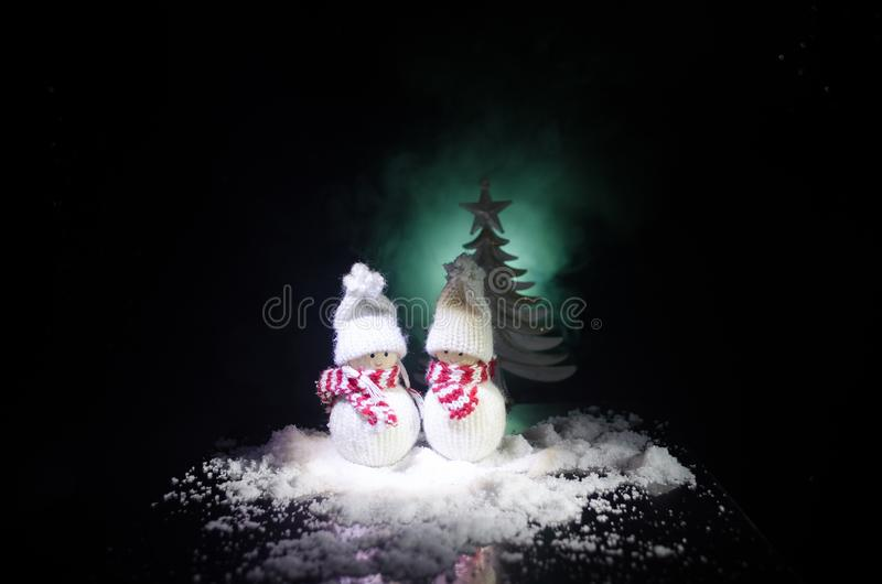 Bonhomme de neige et femme de neige avec le coeur sur la neige à l'arrière-plan foncé Image conceptuelle de nouvelle année et de  photos libres de droits