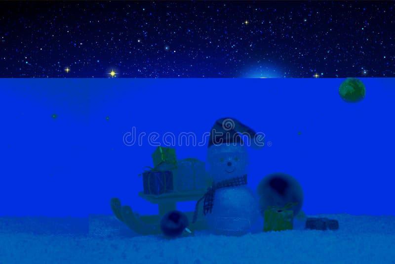 Bonhomme de neige de Noël avec le chapeau du père noël d'isolement sur le fond de ciel d'étoile images stock