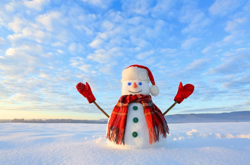 Bonhomme de neige observé par bleu Le lever de soleil éclaire le ciel et les nuages par des couleurs chaudes Réfléchir sur la nei images libres de droits