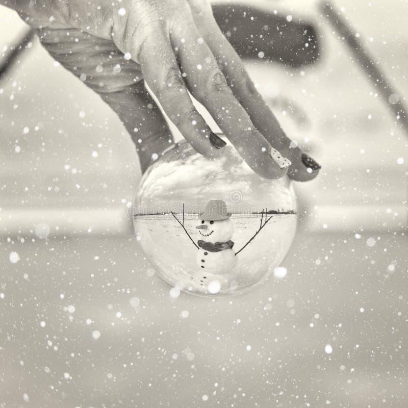 Bonhomme de neige de sourire mignon dans le jour d'hiver, bonnes fêtes concept photo libre de droits