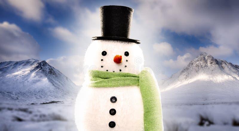 Bonhomme de neige sur le fond neigeux de montagne images libres de droits