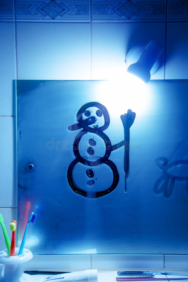 Bonhomme de neige sur le mirro de salle de bains Dessin sur le miroir photos libres de droits