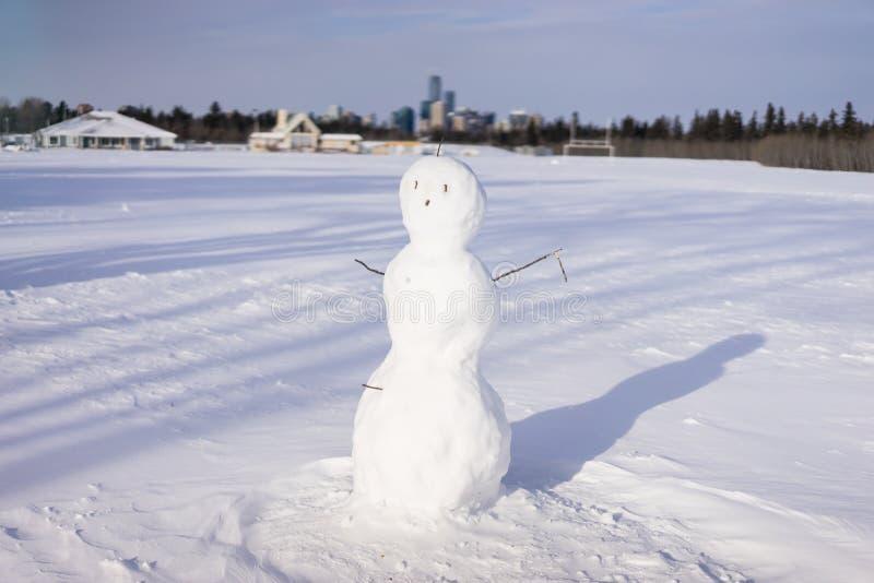 Bonhomme de neige sur le sportfield, Edmonton photographie stock