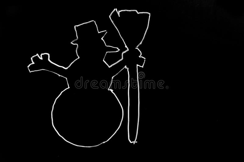 Bonhomme de neige tiré avec un arbre de Noël sur un fond noir bonhomme de neige coloré de dessin de craie sur un fond noir caract photos libres de droits