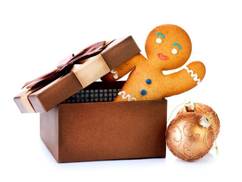 Bonhomme en pain d'épice dans la boîte-cadeau images stock