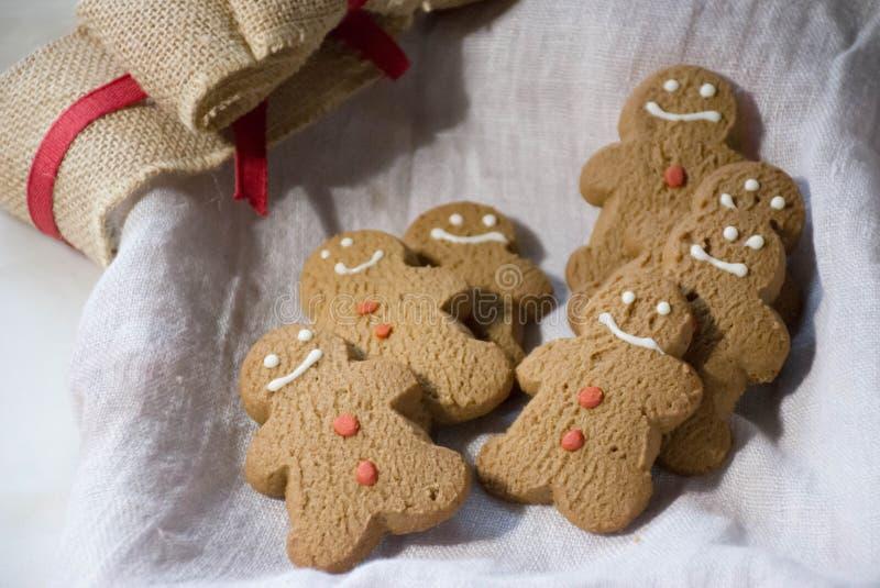 Bonhomme en pain d'épice prêt pour des décorations de biscuits de vacances image libre de droits