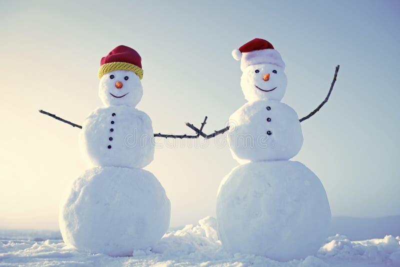 Bonhommes de neige drôles Couples de bonhomme de neige extérieurs photographie stock