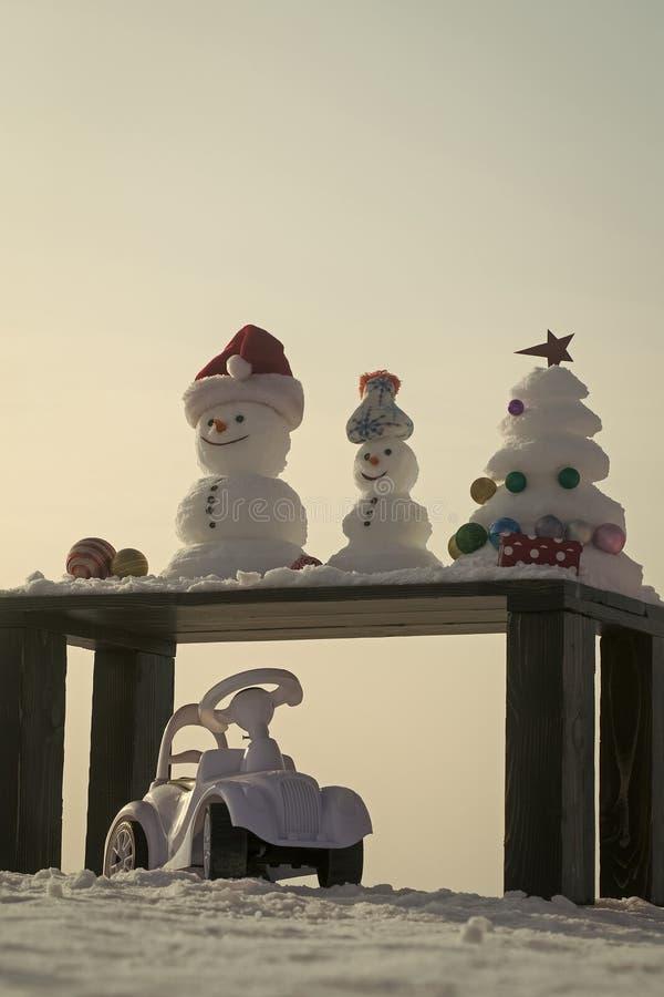 Bonhommes de neige et arbre de Noël avec les babioles et la boîte actuelle photographie stock