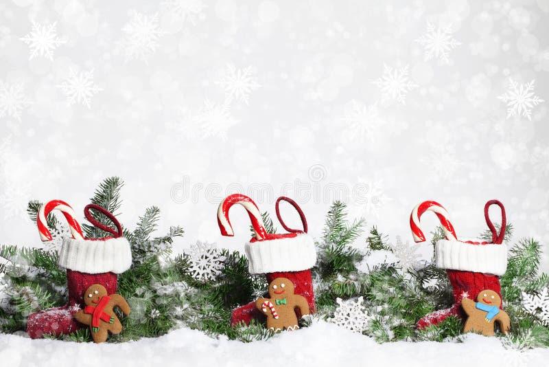 Bonhommes en pain d'épice de bas de Noël photos stock
