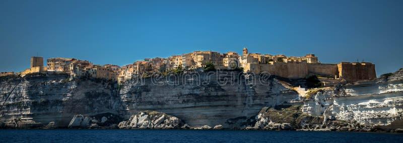 Bonifacio,在石灰石山构建的科西嘉岛城市 免版税库存图片