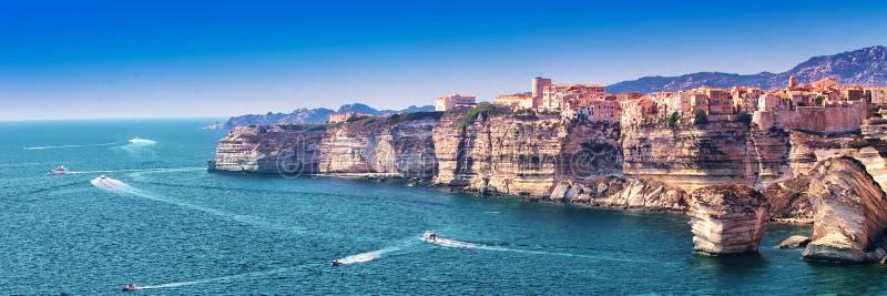 Bonifacio στον όμορφο άσπρο απότομο βράχο βράχου με τον κόλπο θάλασσας, Κορσική, Γαλλία, Ευρώπη στοκ εικόνα