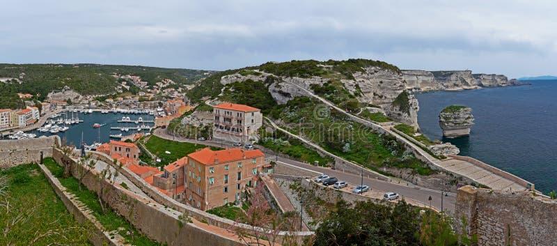 Bonifacio Harbor en klippenkustlijn stock fotografie
