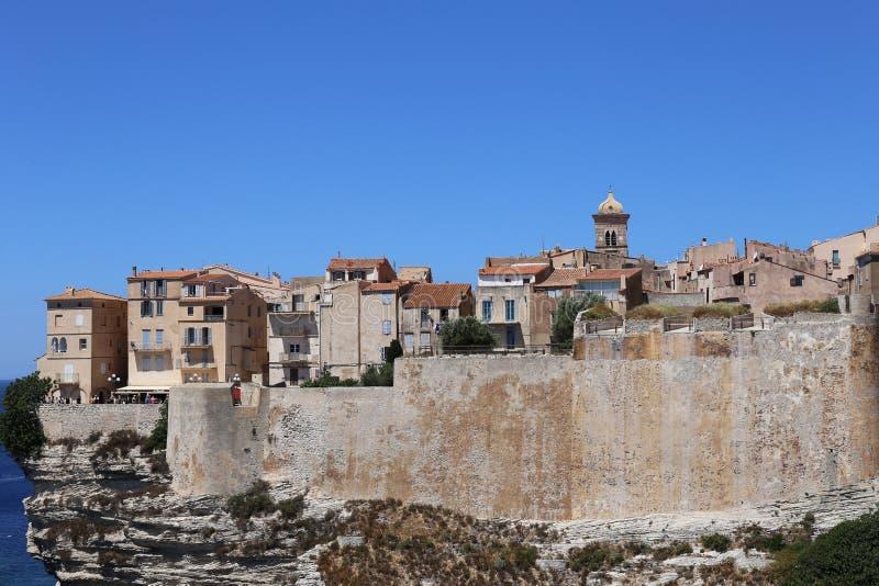 Bonifacio, stad bouwde op witte klippen voort stock afbeelding