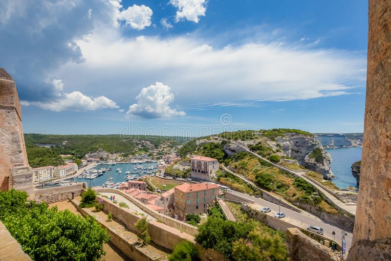 Bonifacio, una ciudad corsa con una costa costa hermosa imagenes de archivo