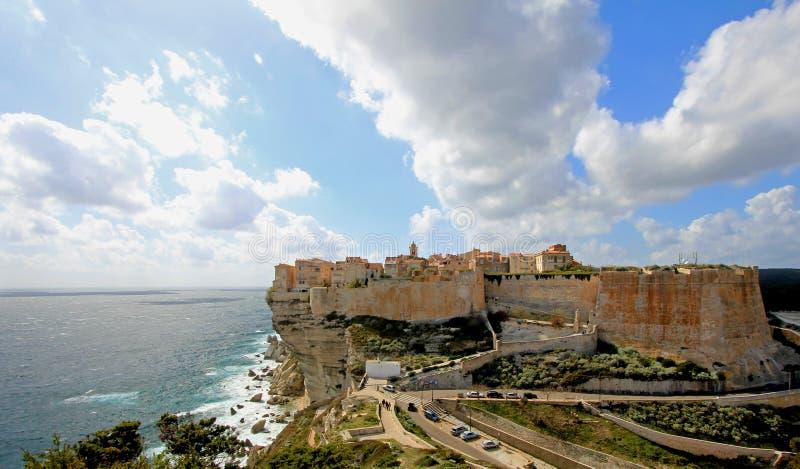 Bonifacio vaggar den gamla staden som byggs överst av klippan, den Korsika ön, Frankrike arkivfoto
