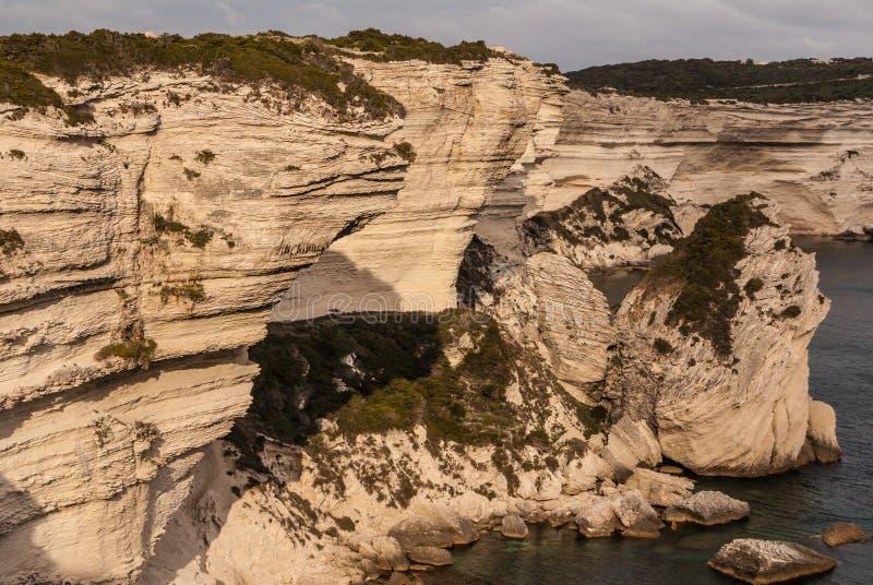 Bonifacio, vecchia città alla scogliera del mare, Corsica - Francia fotografia stock