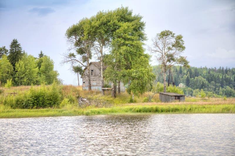 Boningshus ashore Laket Ladoga arkivbilder