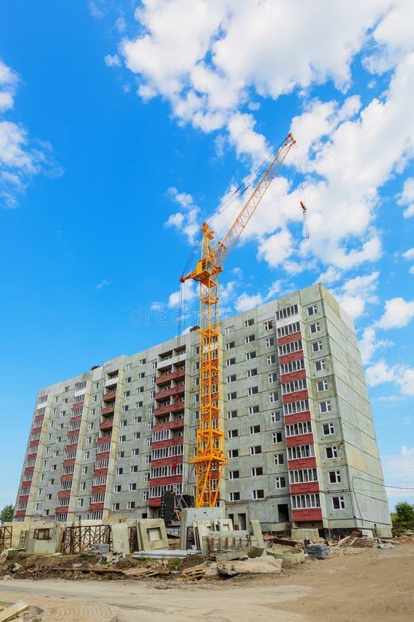 Boningshus- och tornkran på konstruktionsplatsen fotografering för bildbyråer
