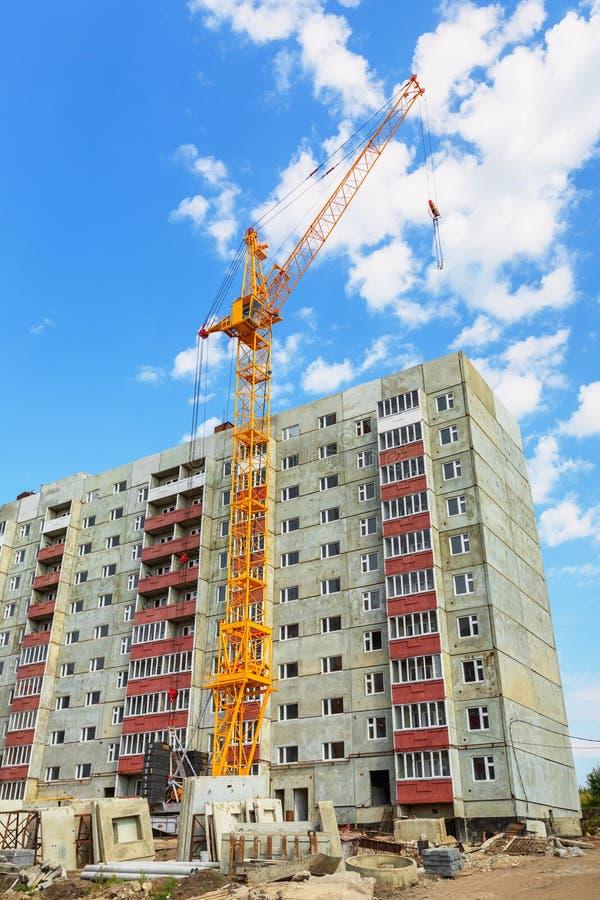 Boningshus- och tornkran på konstruktionsplatsen arkivfoto