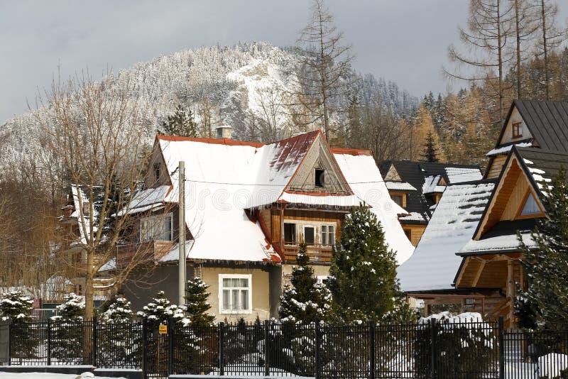 Boningshuset ses i ett vinterlandskap arkivfoton