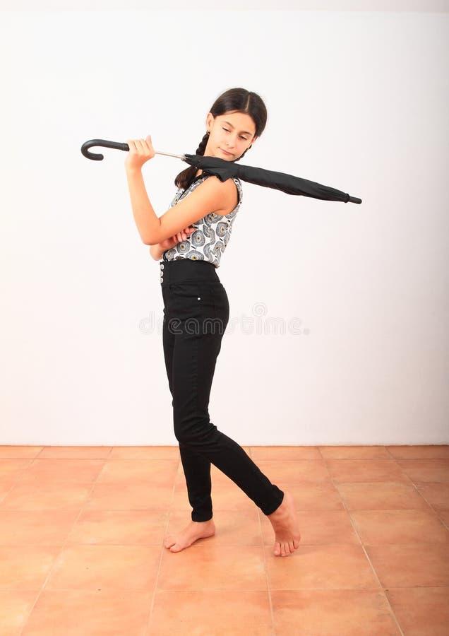 Bonita garota de roupas na escola com guarda-chuva preto fotografia de stock royalty free