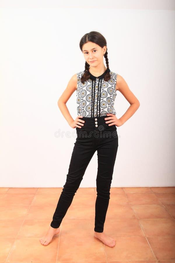 Bonita garota de roupas na escola imagens de stock royalty free