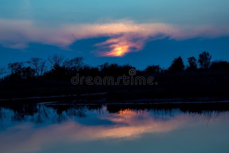 Bonita puesta de sol romántica de color azul fotografía de archivo libre de regalías