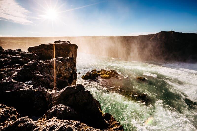 Bonitas vistas de la cascada potente iluminada por el sol brillante de Godafoss Río de Skjalfandafljot de la ubicación, Islandia, fotos de archivo libres de regalías