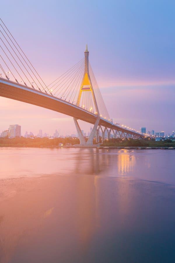 Bonito após o céu do por do sol sobre a parte dianteira do rio de Banguecoque da ponte de suspensão Rama9 foto de stock royalty free