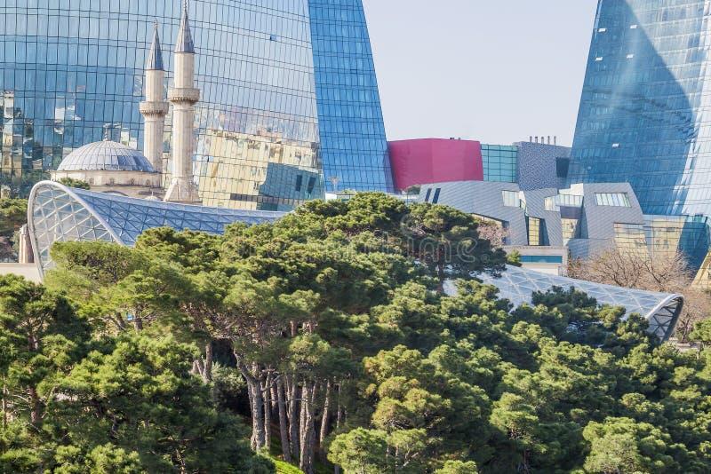 Bonito, arranha-céus, construções elegantes que estão em uma montanha alta Reflexão da cidade e do mar nas janelas de vidro imagem de stock royalty free
