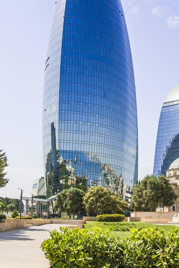 Bonito, arranha-céus, construções elegantes que estão em uma montanha alta Reflexão da cidade e do mar nas janelas de vidro imagem de stock