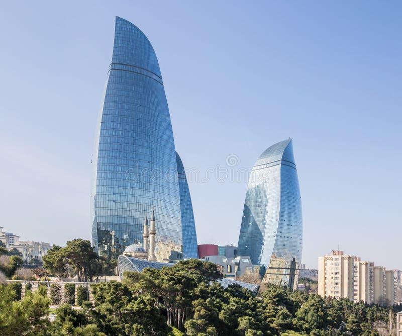 Bonito, arranha-céus, construções elegantes que estão em uma montanha alta Reflexão da cidade e do mar nas janelas de vidro fotografia de stock royalty free