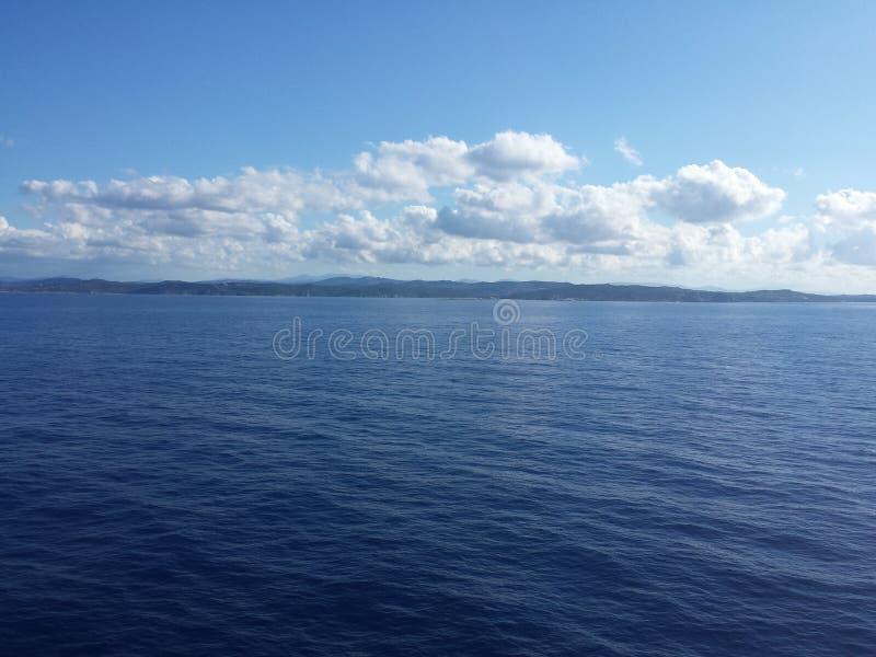 Bonito azul do mar no céu do barco foto de stock