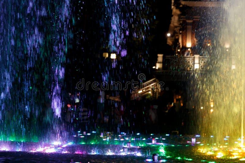 Bonito, colorido, musical, fonte na cidade de Krasnodar no fundo da avenida central imagens de stock