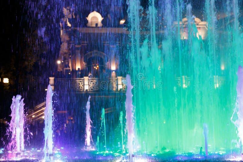 Bonito, colorido, musical, fonte na cidade de Krasnodar no fundo da avenida central fotos de stock