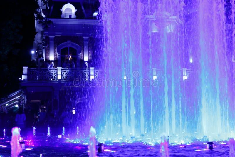 Bonito, colorido, musical, fonte na cidade de Krasnodar no fundo da avenida central fotografia de stock