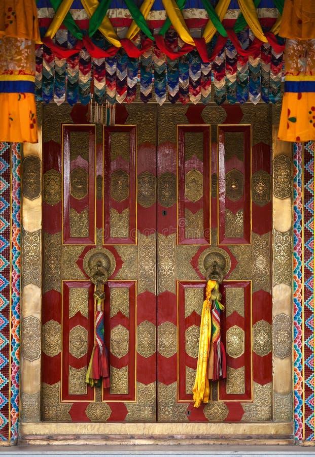 Bonito, com revestimento gracioso, portas ao templo budista fotografia de stock