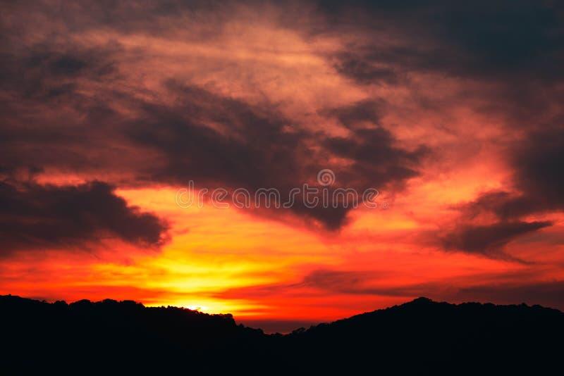 bonito da nuvem de Stratus no fundo do por do sol para a previs?o e o conceito da meteorologia imagens de stock royalty free
