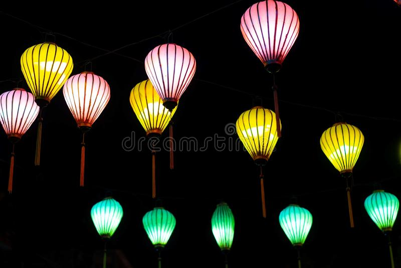 Bonito das lanternas da decoração leves no mercado da noite de Hoi An, Vietname imagens de stock